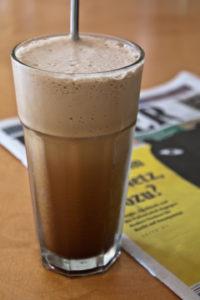 Cafe-frape-glas-holztisch-unscharf